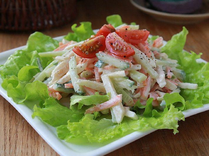 Салат из свежих овощей с яблоком