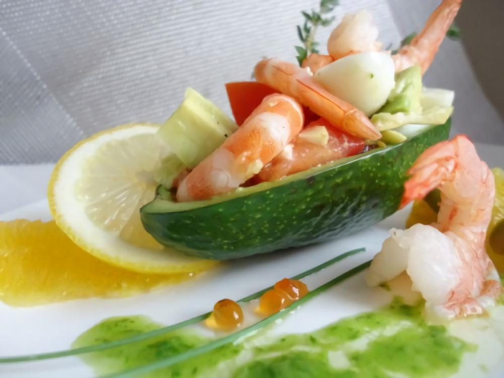 Праздничный салат с креветками и авакадо
