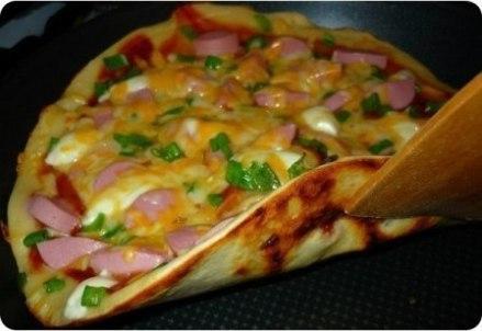 Пицца на скорую руку на сковороде