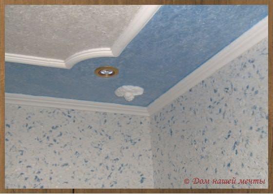 потолок обоями