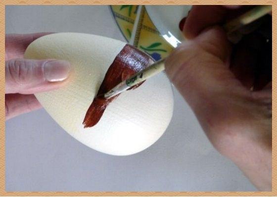 3. Чтобы сделать декупаж яйца к пасхе аккуратно и не спеша нанесем рисунок вырезанный из бумажной салфетки на проклеенную поверхность