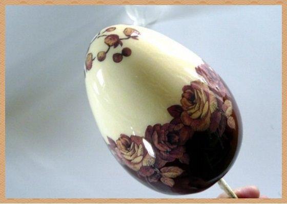 6. Чтобы декупаж яйца к пасхе сохранился наносим поверх рисунка лак и оставляем скорлупу в хорошо проветриваемом месте.