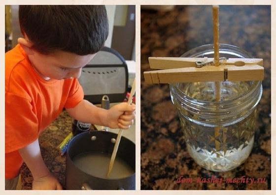 Понадобится пропорция - 10 стаканов сахара на 4 стакана воды. Налить в кастрюлю 4 стакана воды и насыпать 4 стакана сахара, поставить на огонь (учтите, что раствор наш увеличится в объеме, кастрюлю возьмите побольше), на среднем огне довести до закипания и добавить остальной сахар, при этом регулярно помешивая. Когда сахар весь растворится, отставить кастрюлю от огня на 15 минут.