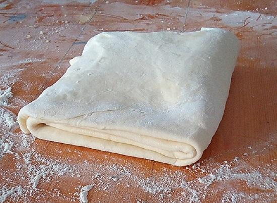 Мясной пирог из слоеного теста: рецепты приготовления с фаршем и копченой курицей