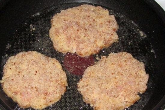 Приготовление наггетсов в домашних условиях из куриной грудки в духовке и на сковороде