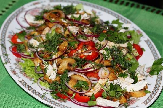 Салат с жареными шампиньонами: рецепты приготовления с курицей и сыром