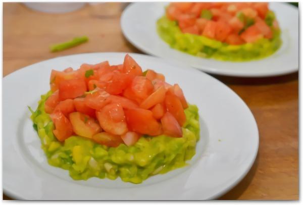 Салат с тунцом, помидорами и авакадо